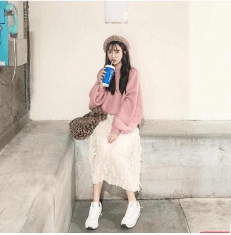 Giày trắng + áo hoodie + chân váy dài