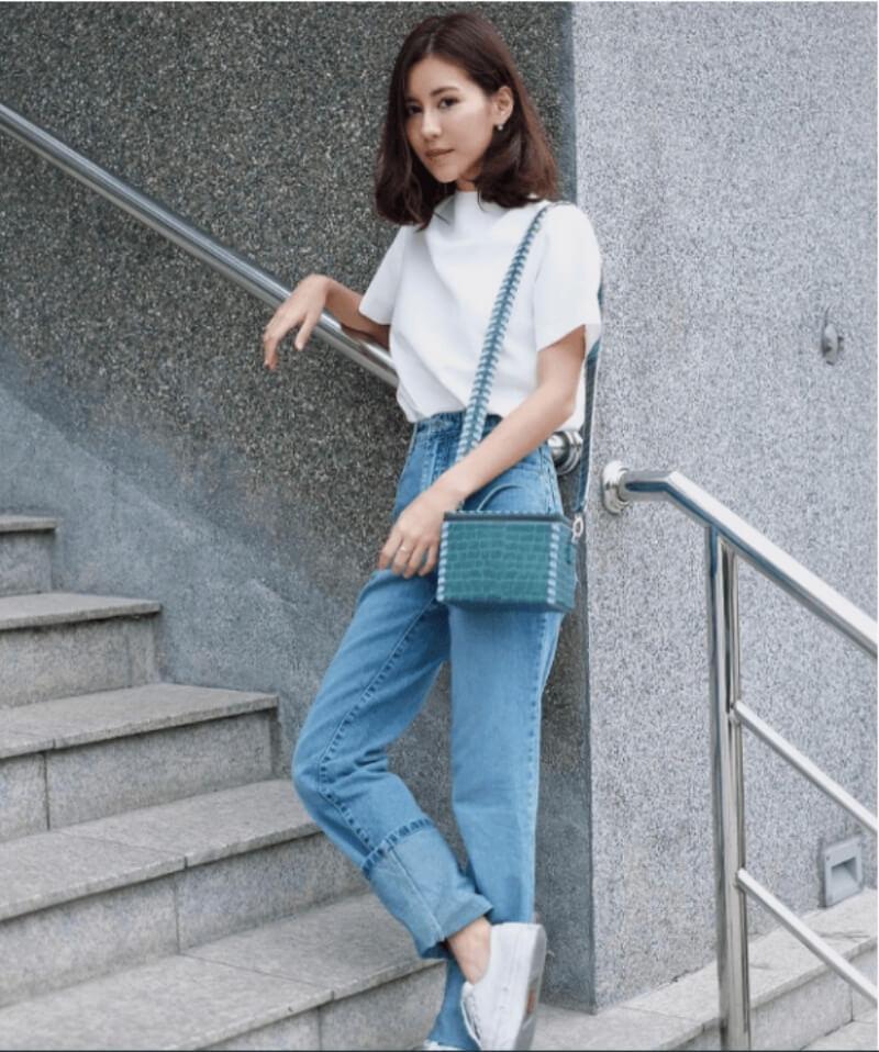 Giày trắng + quần jeans ống rộng