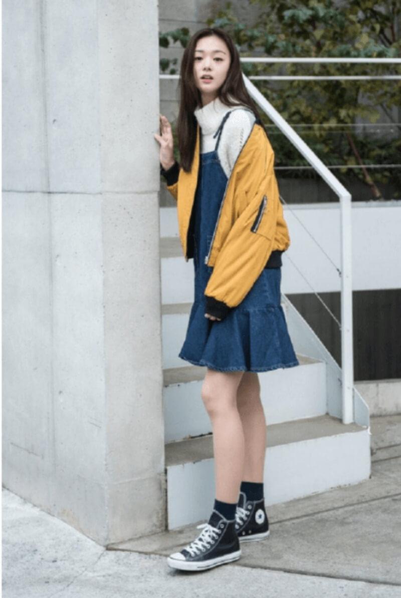Váy yếm jeans + giày converse cổ cao