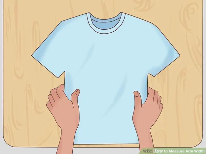 Đặt áo thun lên mặt phẳng
